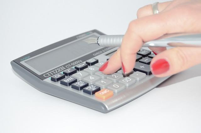 計算する女の人の手